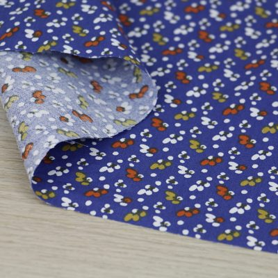 Tessuto in cotone a fiorellini su fondo blu