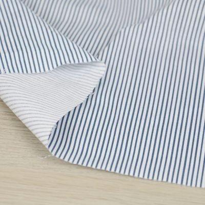 Tessuto in cotone a righe verticali bianche e blu