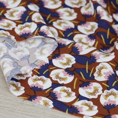 Tessuto in viscosa con stampa a fiori e fondo mattone