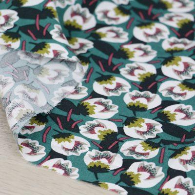 Tessuto in viscosa con stampa a fiori e fondo verde acqua