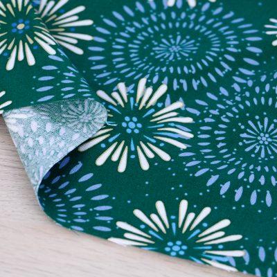 Tessuto in cotone Gütermann Elegant Spirit con decori a fondo verde