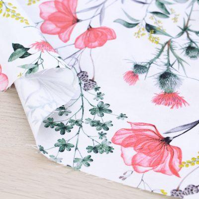 Tessuto in cotone Gütermann Natural Beauty a fiori con fondo bianco