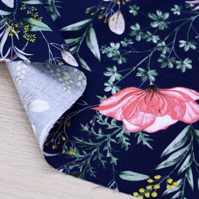 Tessuto in cotone Gütermann Natural Beauty a fiori con fondo blu