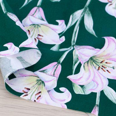Tessuto in cotone Gütermann Elegant Spirit con fiori a fondo verde