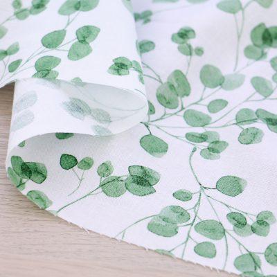 Tessuto in cotone Gütermann Natural Beauty con foglie e fondo bianco