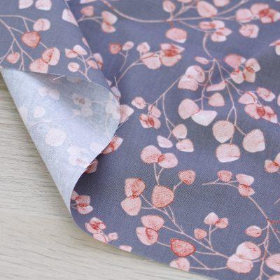 Tessuto in cotone Gütermann Natural Beauty con foglie e fondo grigio