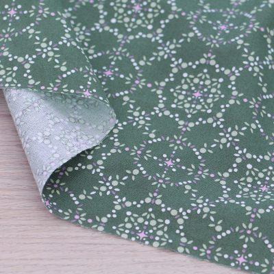 Tessuto in cotone Gütermann Natural Beauty con geometria a fondo verde