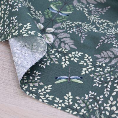 Tessuto in cotone Gütermann Natural Beauty con libellule e fondo verde