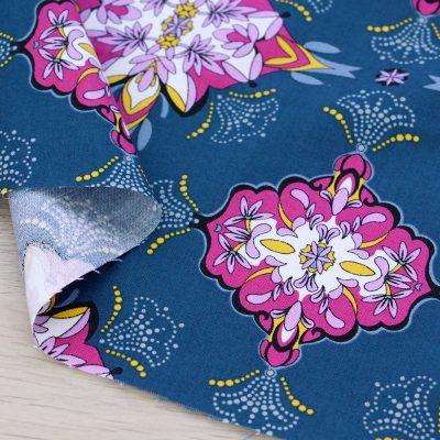 Tessuto in cotone Gütermann Sense of Harmony con decori a fondo blu