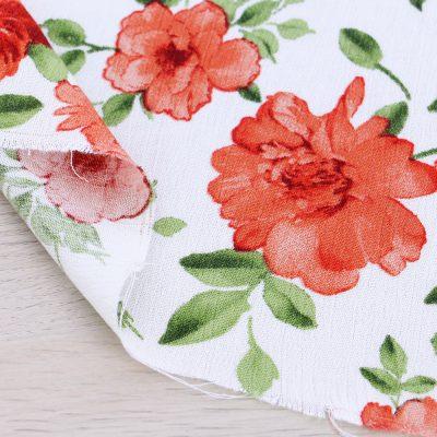 Tessuto crepe di viscosa a fiori con fondo bianco