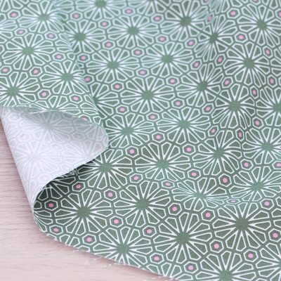 Tessuto in cotone Gütermann Natural Beauty geometria verde e rosa