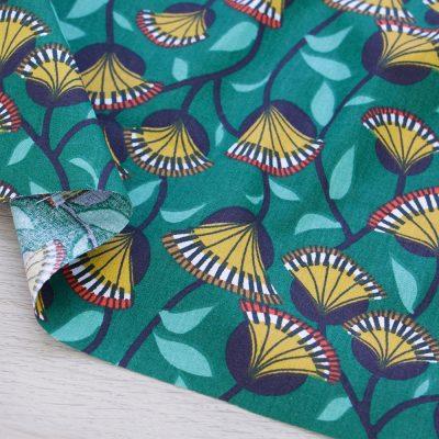 Tessuto in cotone con foglie su fondo verde