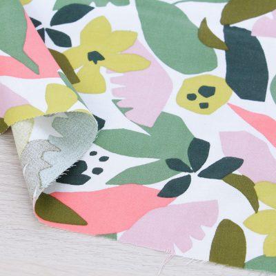Tessuto in viscosa con stampa botanica e fondo bianco