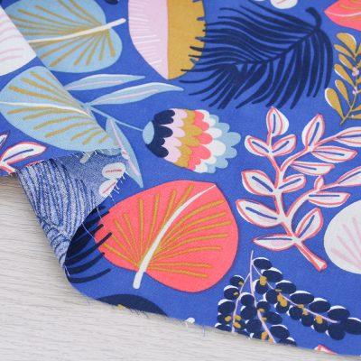 Tessuto in viscosa con foglie su fondo blu