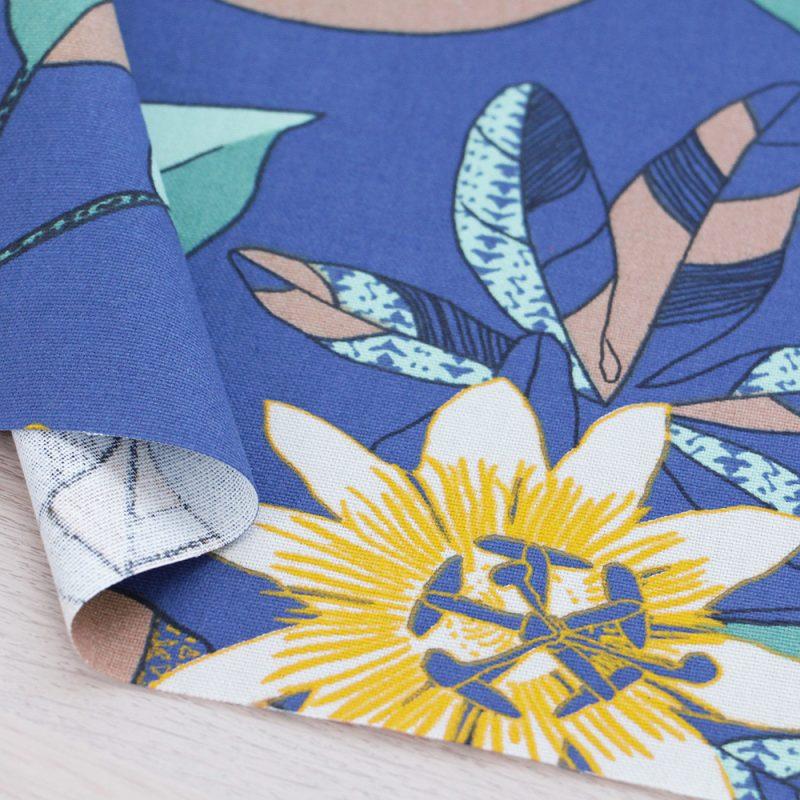 Canvas di cotone con stampa a fiori e fondo blu