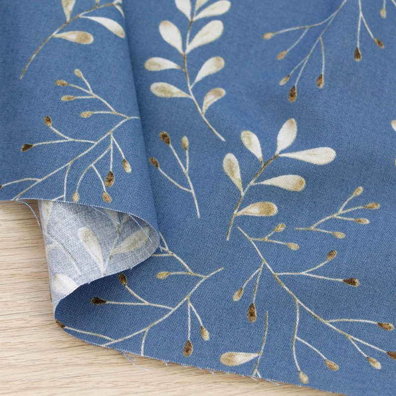 Tessuto in cotone Gütermann Timeless con foglie a fondo azzurro