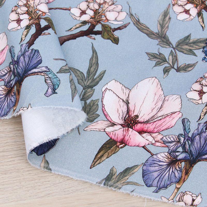 Raso di cotone con fiori e fondo azzurro