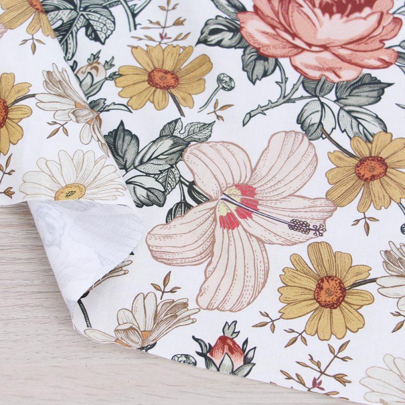 Raso di cotone con fiori e fondo crema