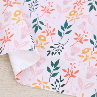 Raso di cotone con fiori e fondo rosa