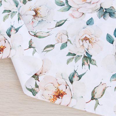Raso di cotone con fiori e fondo bianco