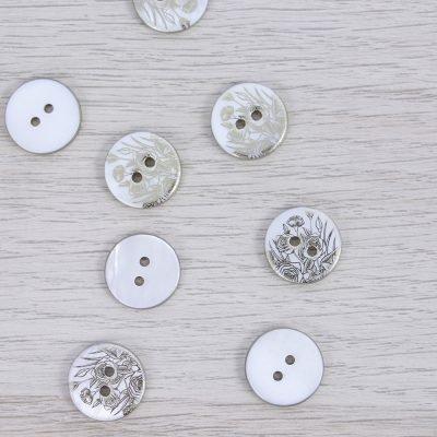 Bottone in madreperla con fiori dorati 15mm Union Knopf by Prym - Bianco
